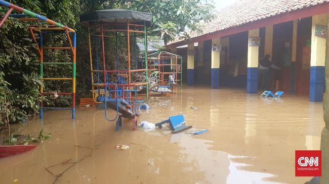 Warga Bukit Duri ada yang nekat menerjang banjir demi menyelamatkan diri. Ada pula yang menunggu perahu karet hingga sembilan jam.
