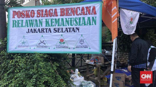 Posko banjir FPI dan Gereja Santapan Rohani berdampingan di Petogogan, Jakarta Selatan. Mereka menyediakan makanan dan kebutuhan lainnya.