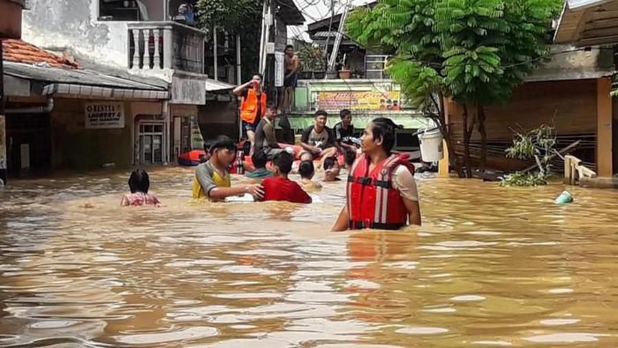 Kukira Banjir Hoax, Ternyata Air Sudah Sedada dan Ada Ular di Rumahku