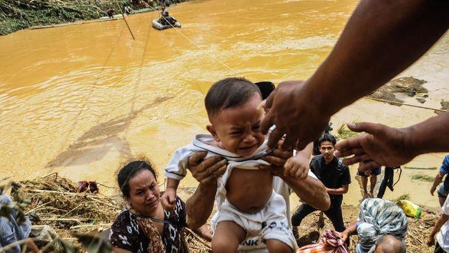 Siti Khadijah cemas mati kelaparan karena tak diberi makanan oleh pos pengungsian. Sementara Hendar kerap berebut bantal agar anaknya bisa tidur di pengungsian.