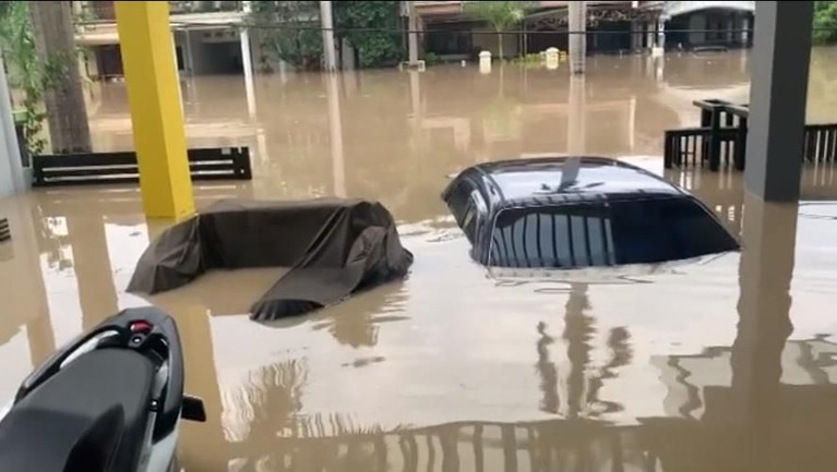 Dari video tersebut, terlihat bahwa rumah Parto terendam banjir yang cukup tinggi. Beberapa mobil yang parkir di garasi tampak terendam banjir. Bahkan, beberapa mobilnya yang hampir terendam banjir seluruh body.