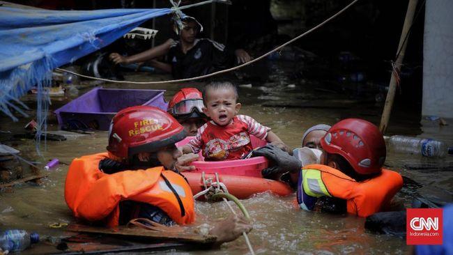 Saking panik, tak tebersit lagi solusi dalam benak Sakina selain memasukkan kedua anaknya, Hanim dan Azzam ke dalam ke kulkas agar terhindar dari banjir.