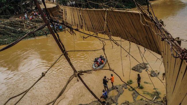 Banjir bandang yang melanda Sukabumi pada awal pekan ini turut merendam sebagian pabrik Aqua.