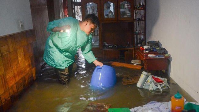 Ketika banjir mulai surut di beberapa tempat, kini saatnya membersihkan rumah agar bebas penyakit dan lumpur.