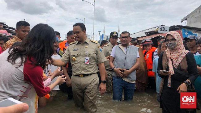 Gubernur DKI Anies Baswedan mengunjungi Kampung Makassar, Jaktim, untuk melakukan kerja bakti bersama warga terdampak banjir.