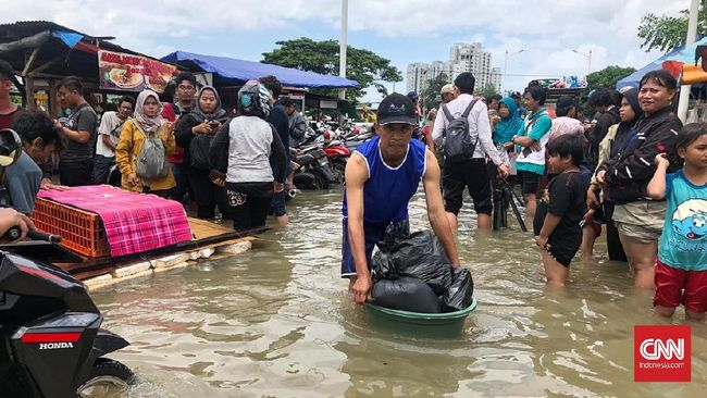 Genangan air di Jakarta terpantau masih tersisa di satu RW di kawasan Semanan, Kalideres, Jakarta Barat, setinggi 10-30 cm.