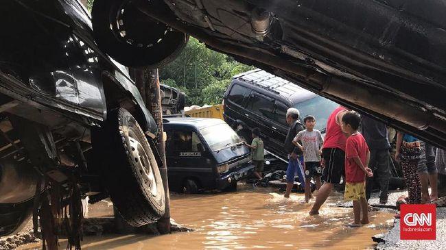 Pada umumnya cuma ada dua pilihan buat mobil yang terendam banjir Jakarta, yakni direparasi atau dijual. Masing-masing ada konsekuensinya.