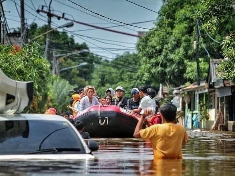 Potret Nikita Mirzani saat harus menaiki perahu karet menuju rumah warga di kawasan Ciledug, Jakarta Selatan.