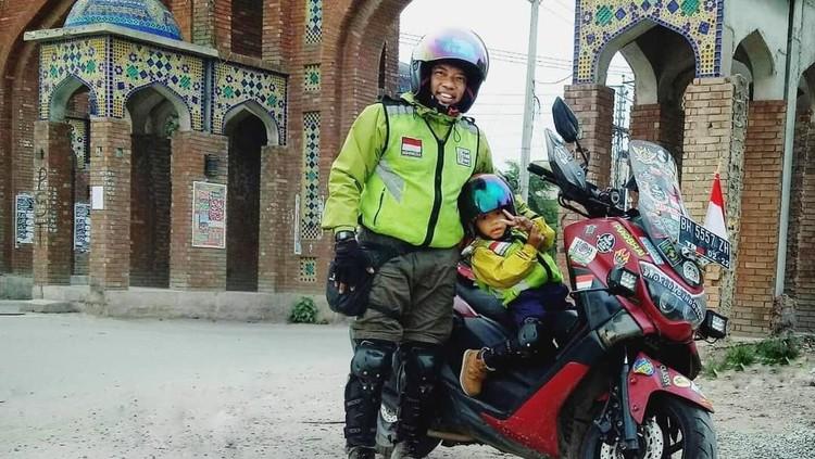 Rasa cinta pada dua sosok wanita di hidupnya, yaitu ibu dan istri membuat Lilik berani mengajak anaknya, yang berusia 4 tahun naik motor dari Jambi ke Mekkah.