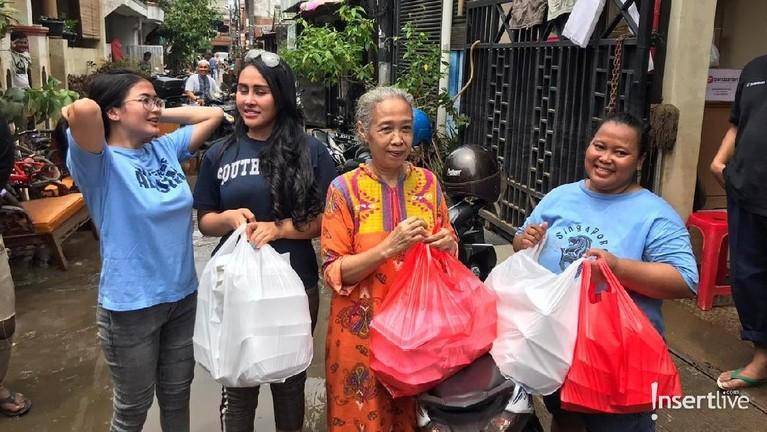 Ratu Meta dan Ovy Sovianty merupakan artis yang turun menjadi relawan untuk membantu korban bencana banjir. Kedua artis tersebut menyambangi kompleks Ciledug Indah 2, Tangerang Selatan.
