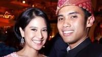 Nah ini ketika Dian Sastro dan Indraguna Sutowo menghadiri sebuah pesta pernikahan. Dian terlihat anggun dalam balutan kebaya pink. (Foto: Instagram @therealdisastr)