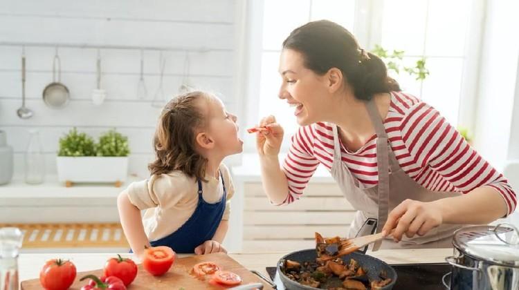Mengubah kebiasaan makan keluarga bisa menjadi resolusi tahun ini. Bunda tertarik mencoba? Banyak manfaatnya lho.