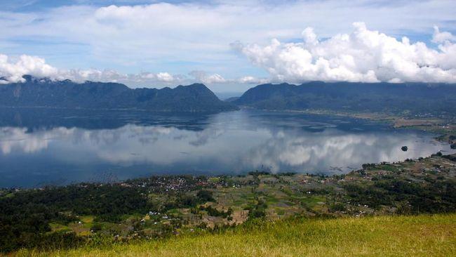 Bau belerang menyengat, diikuti oleh hawa panas terdeteksi di sekitar Danau Maninjau, Sumbar. Warga resah atas fenomena tersebut.