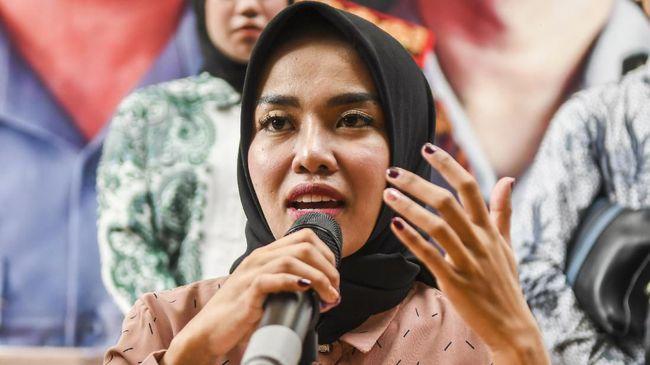 Selebritas Medina Zein kembali dipolisikan. Kali ini, ia dilaporkan oleh seseorang bernama Samira terkait dugaan pengancaman.