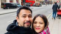 <p>Mereka juga mengunjungi Inggris, kali ini mereka sedang berada befoto dengan latar Double Decker, bus tingkat Inggris berwarna merah. (Foto: Instagram @raffinagita1717)</p>