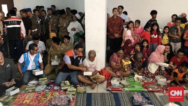 Gubernur DKI Anies Baswedan mengaku aliran listrik akan dinyalakan kembali setelah banjir surut sambil meminta jajarannya memenuhi kebutuhan para pengungsi.