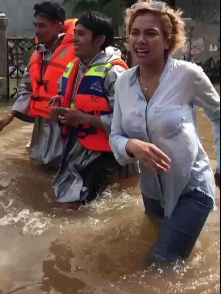 Nikita Mirzani rela menerjang genangan air untuk menyambangi langsung lokasi yang terdampak banjir.