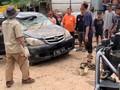 VIDEO: Warga Pondok Gede Permai Evakuasi Mobil Pascabanjir