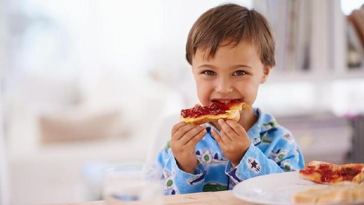 Memberi anak camilan harus menyesuaikan waktu makan besarnya, Bunda. Jika tidak tepat memberikannya, anak bisa menolak makan dan tidak berhenti ngemil.