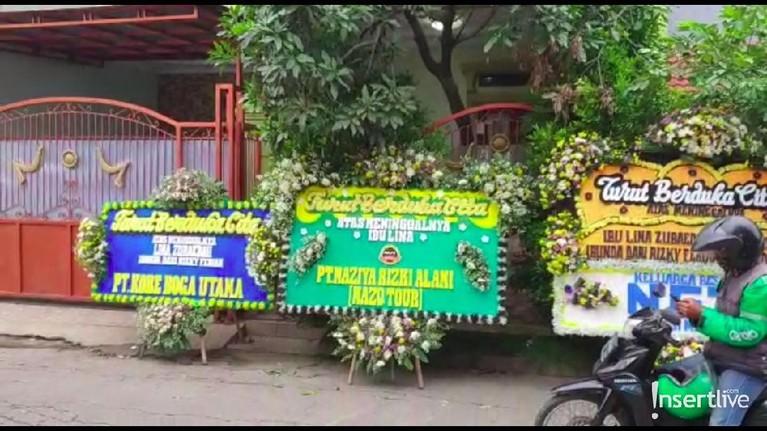 Kondisi terkini rumah duka di Bandung pun telah didatangi keluarga hingga kerabat dekat yang ingin memberikan ucapan perpisahan terakhir. Karangan bunga pun berjejer di depan lokasi rumah duka almarhum Lina.