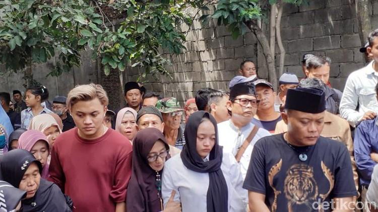 Sule ikut turun ke liang lahat untuk memakamkan mantan istrinya, Lina. Sule ikut dalam prosesi pemakaman Lina meraih simpati dan komentar positif dari netizen.