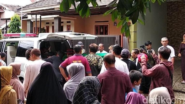Jenazah Lina akan dimakamkan di tempat pemakaman keluarga di Jalan Sekelimus, Kota Bandung, Jawa Barat, Sabtu (4/1).