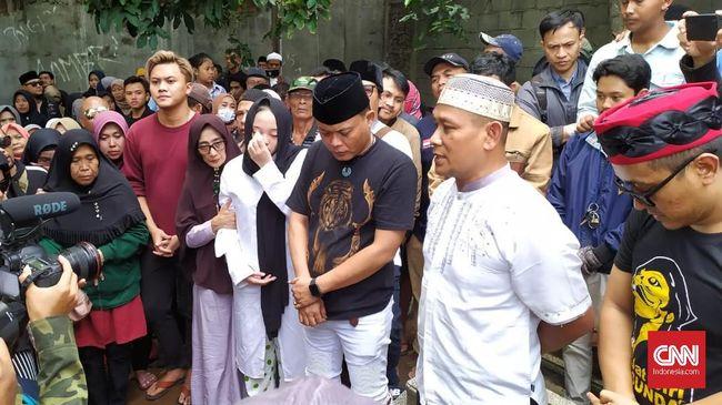 Sule bersama putra dan putrinya, Rizky Febian dan Putri Delina menghadiri pemakaman Lina di Bandung pada Sabtu (4/1).