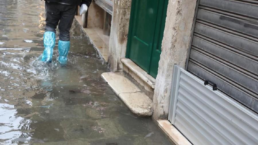 Pertama Kali Jadi Korban Banjir, Isi Warungku Habis Terendam Air