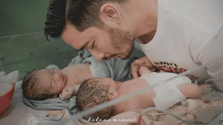 Momen pertama kali ketika Jeje, suami Syahnaz mengazani kedua anak kembarnya setelah melahirkan.