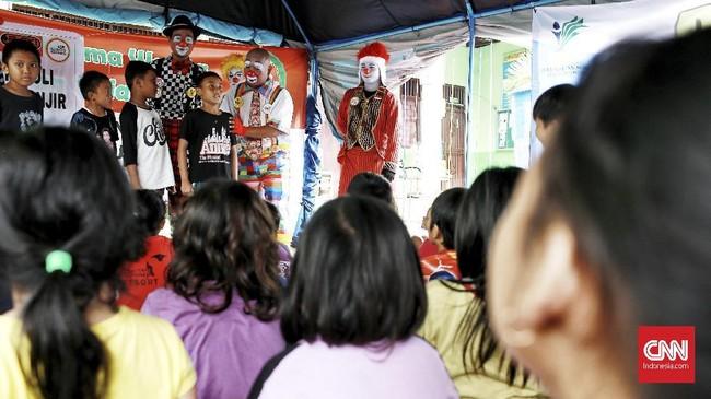 Sejumlah badut menghibur anak-anak korban banjir di Jakarta. Hiburan dibutuhkan anak-anak untuk membantu pemulihan trauma pascabanjir.