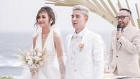 <p>Pemain Persib Bandung, Kim Kurniawan resmi menikahi kekasihnya, Elisabeth Novia Makalew pada Jumat (3/1/2020) di Bali. (Foto: Instagram @thebridestory)</p>