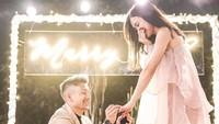 <p>'She said YES' tulis Kim Kurniawan pada unggahannya di Instagram saat melamar Elisabeth pada September 2019 di Bandung. (Foto: Instagram @kimkurniawan)</p>