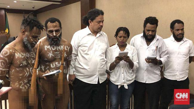 Anes Dano Tabuni berkeras mengenakan koteka sebagai bukti eksistensi budaya Papua yang ingin ia tunjukkan ke masyarakat luas.