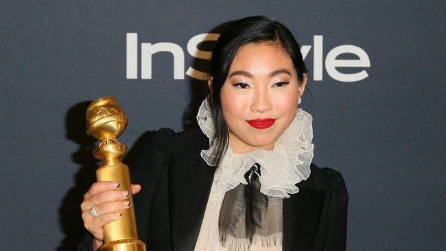 Aktris sekaligus rapper Awkwafina mencetak rekor sebagai keturunan Asia pertama yang meraih penghargaan Aktris Terbaik kategori film dalam Golden Globe Awards.
