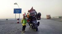 Setelah dari Pakistan, ayah dan anak ini melanjutkan perjalanan ke Iran. (Foto: Instagram @jejakpalmarjambi)
