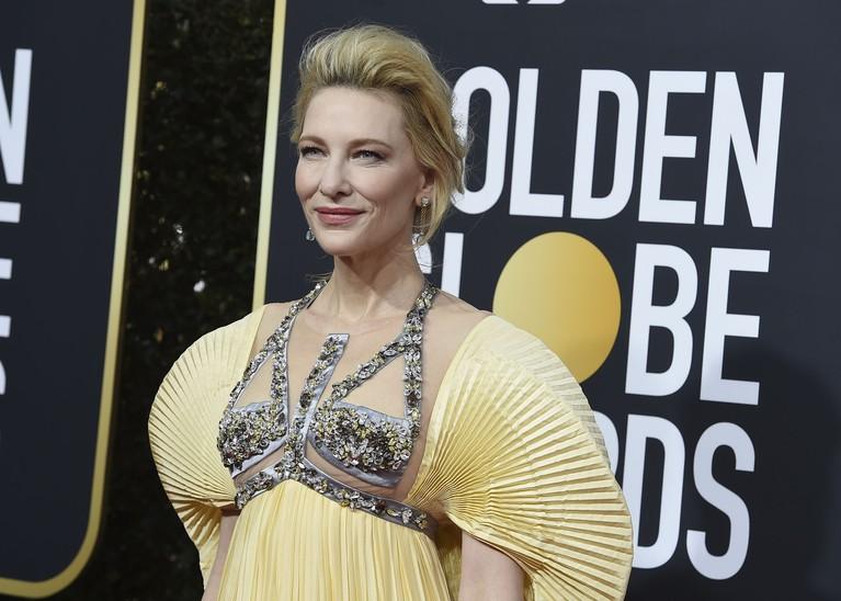 Cate Blanchett tampil segar dalam balutan busana dari Mary Katrantzou. Tampilannya sangat menakjubkan terlebih pada bagian detail di dadanya.