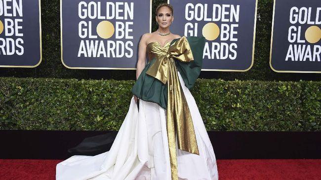 Penampilan Jennifer Lopez di ajang Golden Globe Awards 2020 menarik perhatian banyak orang. Netizen bahkan menyamakan penampilannya dengan pembungkus kado.