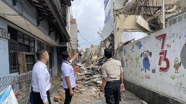 Bangunan tiga lantai roboh di daerah Kota Bambu, Palmerah, Jakarta Barat. Tiga orang terluka akibat peristiwa tersebut.