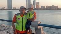 Sebelum sampai ke Mekkah, Lilik dan putranya menyempatkan diri menikmati pemandangan di Abu Dhabi. (Foto: Instagram @jejakpalmarjambi)