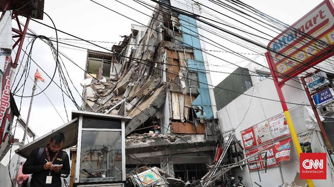 Ruko Alfamart di Palmerah, Jakarta Barat, yang ambruk, pada Senin (6/1) pagi, disebut sudah miring sejak dua tahun lalu.