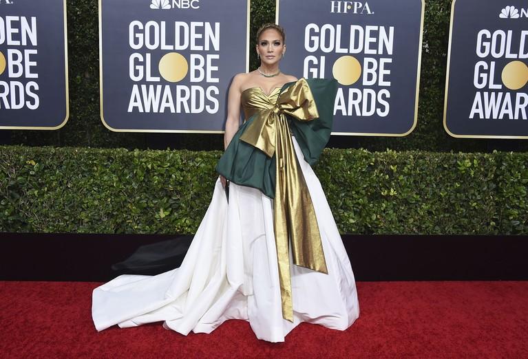 Jennifer Lopez menggunakan gaun berwarna emas, dan utih dengan aksen warna hijau. Namun gaun itu disebut seperti kado Natal karena gaunnya memiliki aksen pita yang sangat besar.