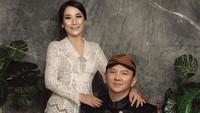 <p>Penampilan Puput sempat bikin pangling saat foto pernikahannya dengan sang suami beredar. Puput tampil cantik dengan pakaian adat Jawa. (Foto: Instagram @fdphotography90)</p>