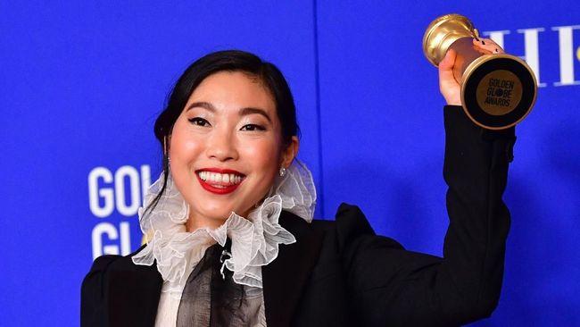 Awkwafina menceritakan pengalaman saat namanya diumumkan sebagai pemenang di Golden Globe Awards 2020. Menurutnya, saat itu jiwanya bagai 'terlepas' dari tubuh.