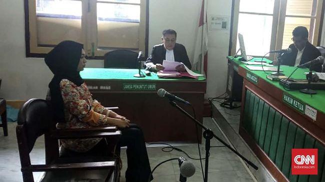 Seorang wanita di Medan menjalani persidangan setelah dijerat UU ITE dengan dakwaan pencemaran nama baik lantaran menagih utang di Instagram.