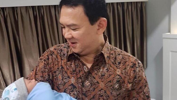Ahok akhirnya membagikan foto putranya yang baru lahir, Yosafat di akun Instagram miliknya. Senyum bahagia Ahok tampak jelas saat menggendong sang buah hati.