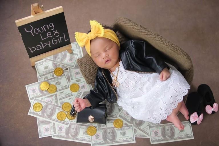 Terlihat dari unggahan mereka, Zaenab Alexander menjalani pemotretan bayi dengan konsep foto yang unik.