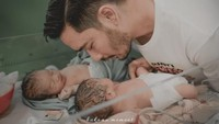 <p>Beberapa saat setelah lahir, bayinya langsung diobservasi. Kemudian, Jeje mengumandangkan azan di telinga bayi kembarnya itu. (Foto: Instagram @ritchieismail)</p>