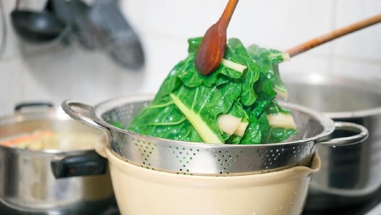 Untuk pertahankan warna sayur tetap hijau, perhatikan waktu memasaknya. Selain itu pastikan juga agar tidak berlebihan dalam memberikan air. Simak selengkapnya!