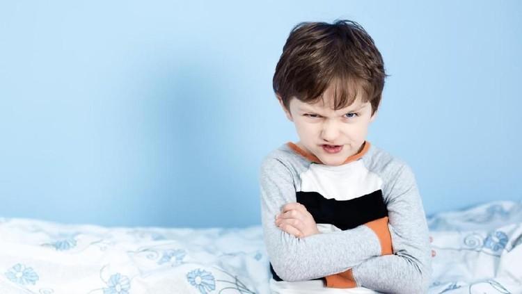 Bangun tidur di pagi pertama setelah libur sekolah memang jadi momen yang lucu penuh drama. Si kecil susah dibangunkan padahal sudah waktunya sekolah lagi.