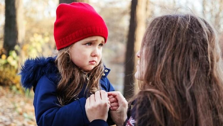Anak sering merasa cemas, Bun? Bantu anak dengan lakukan tips berikut untuk mengurangi rasa cemasnya. Salah satunya dengan mengajarkan anak membedakan situasi.